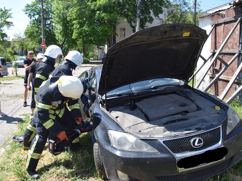 ДТП в центре Николаева: спасатели доставали женщину-водителя из покореженного авто (ФОТО, ВИДЕО)