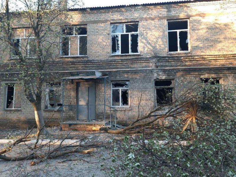 Пророссийские боевики на Донбассе обстреляли гражданскую больницу в Красногоровке (ФОТО)