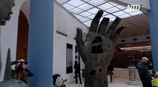 Кисть статуи римского императора потеряла указательный палец 550 лет назад. Теперь ей его вернули – на 5 лет (ВИДЕО)
