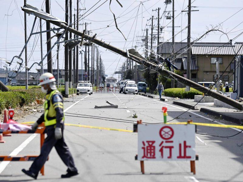 По Японии пронесся сильный торнадо, который переворачивал автомобили и сносил крыши домов (ФОТО)