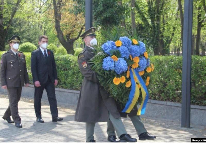 В Праге торжественно почтили память украинцев, погибших во время освобождения от нацистов Чехословакии в конце Второй мировой войны (ФОТО)