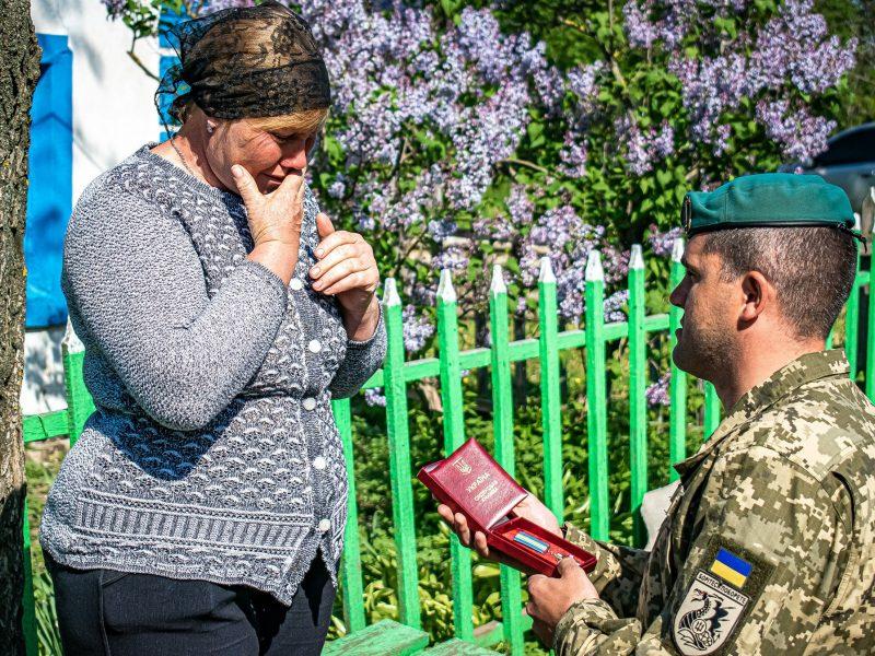Преклонив колени: на Николаевщине маме погибшего морпеха вручили орден «За мужество» III степени (ФОТО)