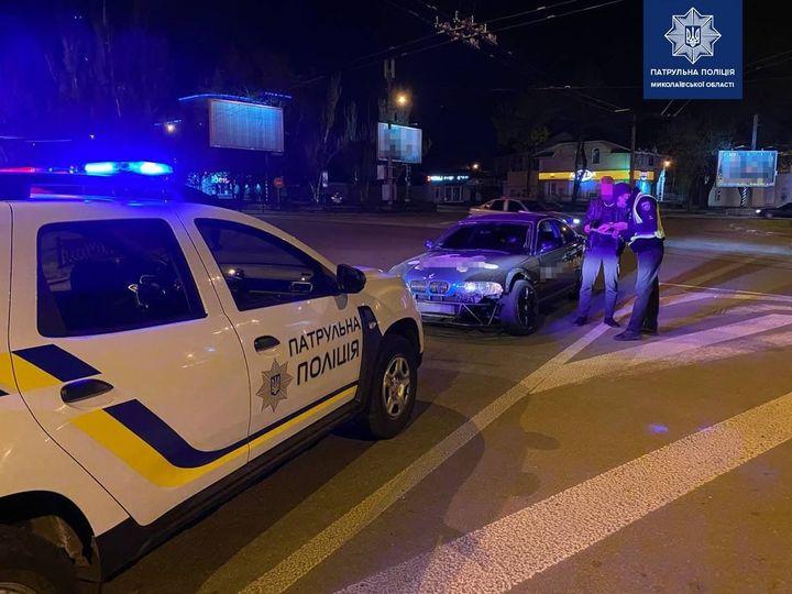 В Николаеве патрульные оштрафовали водителя, устроившего ночной дрифт на Пушкинском кольце