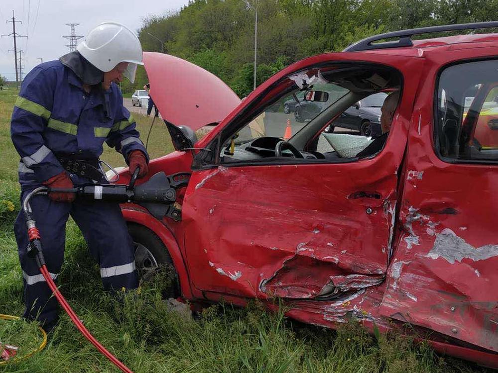 На Николаевщине спасатели деблокировали водителя, попавшего в ДТП (ФОТО) 3