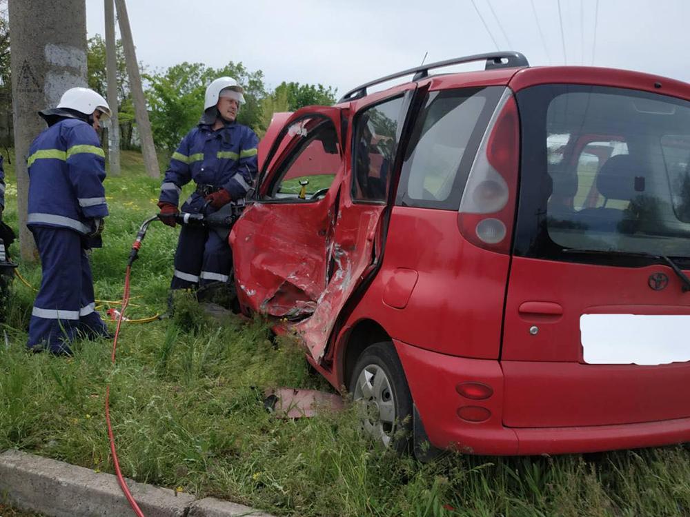 На Николаевщине спасатели деблокировали водителя, попавшего в ДТП (ФОТО) 1