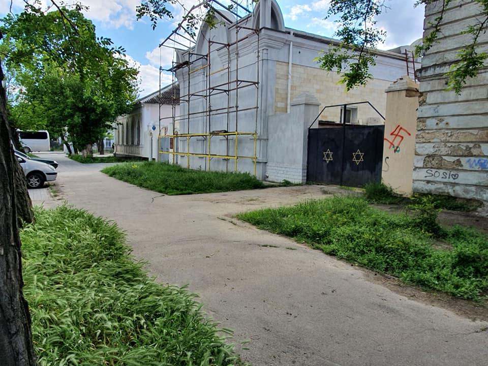 В Николаеве возле ворот синагоги нарисовали свастику (ФОТО) 1