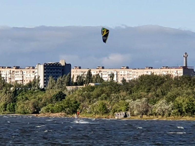 В Николаеве спасатели вытащили из воды запутавшегося в стропах кайтсерфингиста (ФОТО)