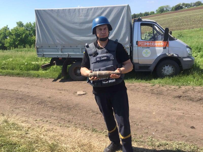 Пиротехники Николаевщины обезвредили артснаряд, найденный в поле (ФОТО)