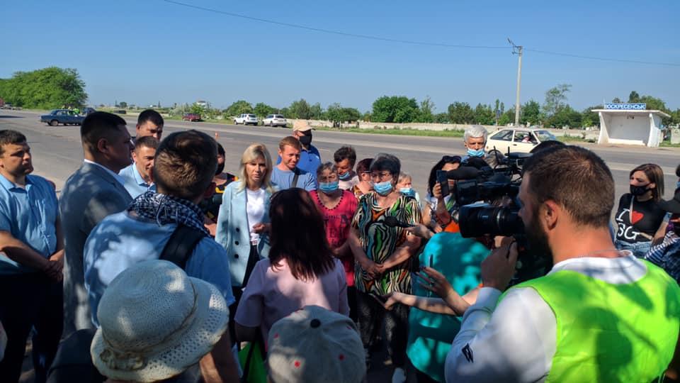 Жители Гороховки перекрыли дорогу с требованием ее ремонта - глава Николаевского облсовета пообещала посодействовать (ФОТО) 3