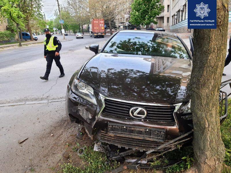 В Николаеве патрульные задержали пьяного водителя на «Лексусе» – ехал против движения и совершил ДТП (ФОТО)