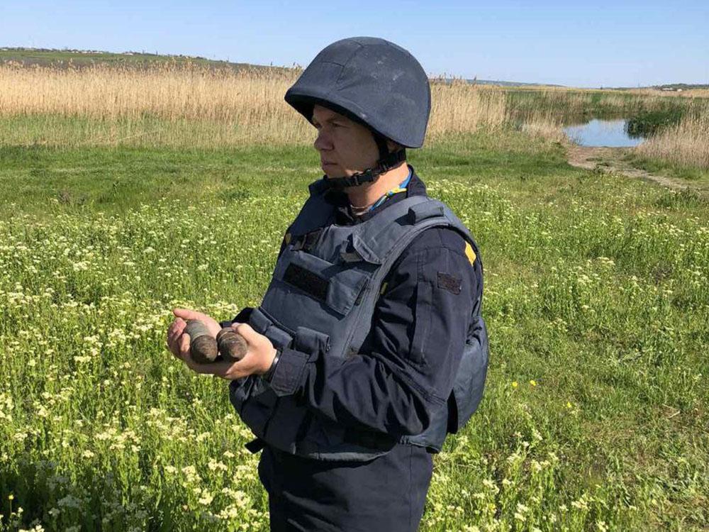 На Николаевщине 9 мая рыбак нашел артснаряд – пиротехники там же нашли ему пару (ФОТО) 1