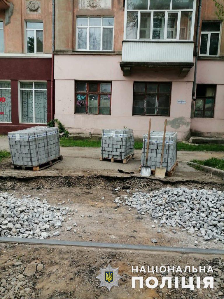В Николаеве двое нелегалов укладывали плитку на Потемкинской - одного из них точно выдворят (ФОТО) 3