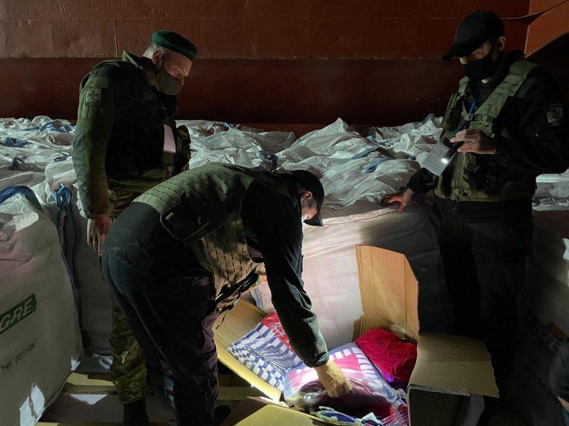 В Николаеве на иностранном судне пограничники обнаружили рекордную для региона партию контрабандных товаров (ФОТО, ВИДЕО)