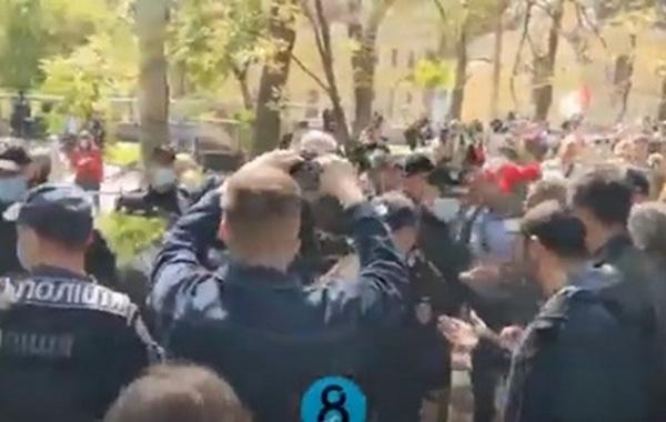 """В Одессе произошла массовая драка на марше """"Бессмертного полка""""  (ВИДЕО)"""