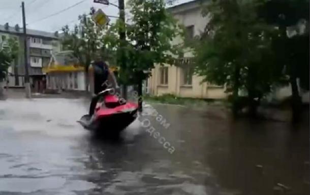 Житомир затопило после ливня: люди ездят на гидроциклах и плавают на матрасах (ВИДЕО)