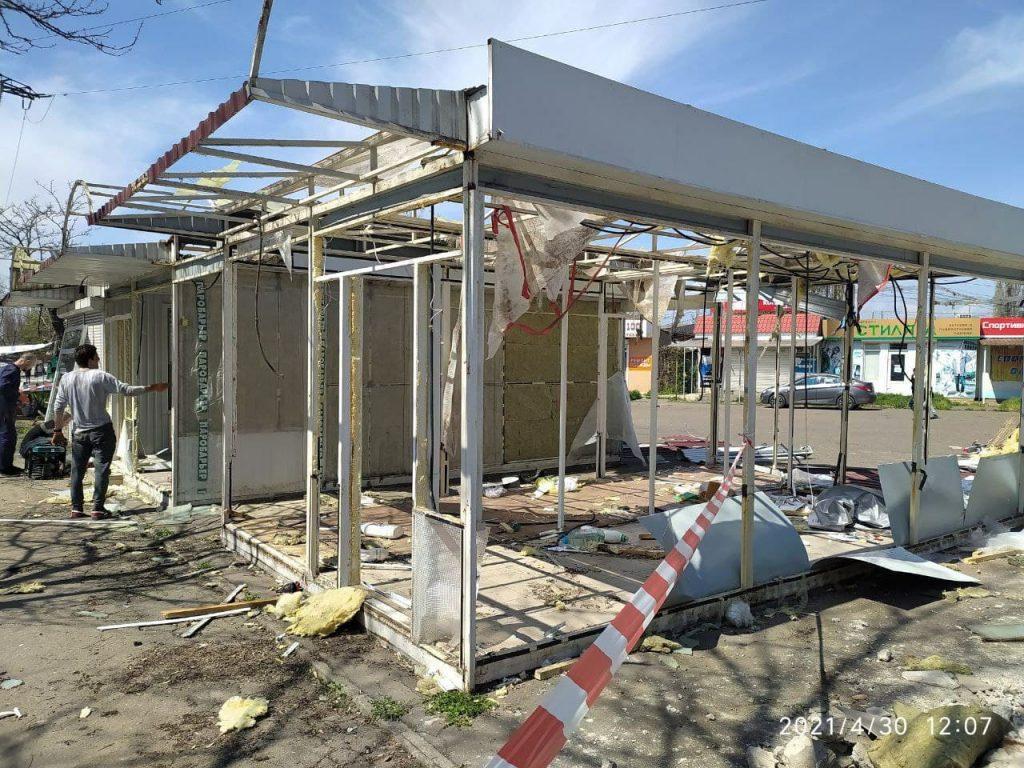У вещевого рынка на «треугольнике» у автовокзала в Николаеве сносят незаконно установленные киоски (ФОТО) 5