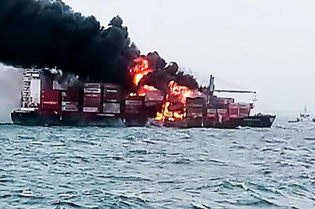 Экологическая катастрофа на Шри-Ланка: у берегов острова горит судно с химикатами