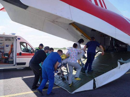 Из Запорожья в Киев самолетом ГСЧС транспортировали 3-летнего ребенка, у которого отказали легкие