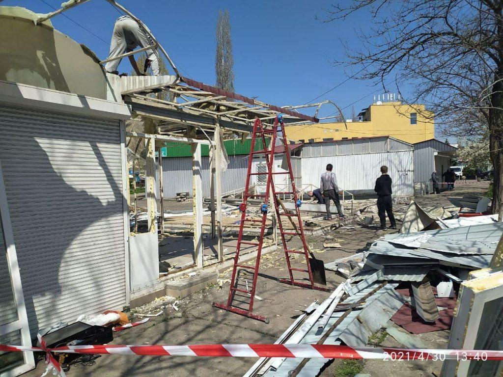 У вещевого рынка на «треугольнике» у автовокзала в Николаеве сносят незаконно установленные киоски (ФОТО) 7