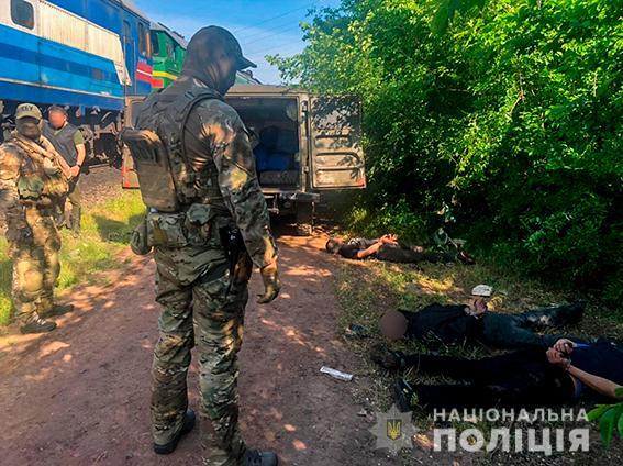 Четверо жителей Николаева и трое работников «Укрзализныци» систематически сливали с поездов дизтопливо - часть воров задержали (ФОТО, ВИДЕО) 7