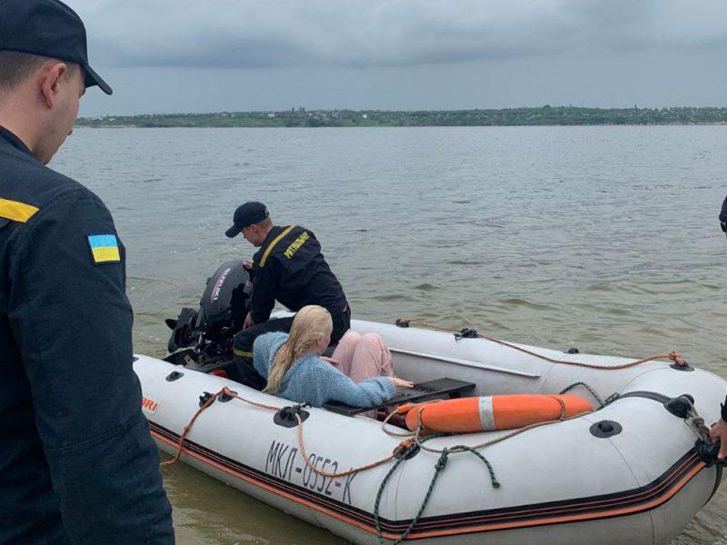 В Николаеве спасли 19-летнюю девушку, оказавшуюся в реке в 80 метрах от берега (ФОТО)