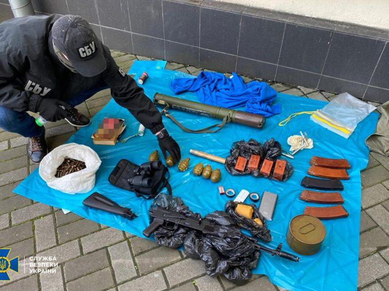 Только пластида почти 1 кг. В центре Киева СБУ обнаружила тайник с оружием и боеприпасами (ФОТО)