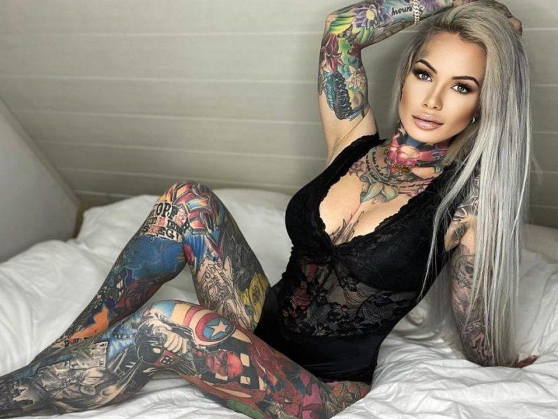 Женщина покрыла тело татуировками любимых героев комиксов своего сына