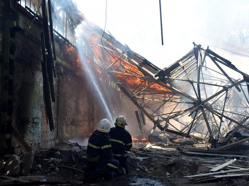 В Николаеве в районе «ЧСЗ» 4 часа тушили неэксплуатируемый цех (ФОТО, ВИДЕО)
