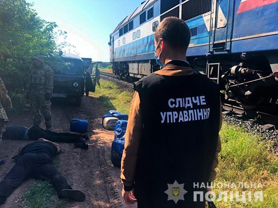 Четверо жителей Николаева и трое работников «Укрзализныци» систематически сливали с поездов дизтопливо - часть воров задержали (ФОТО, ВИДЕО) 11