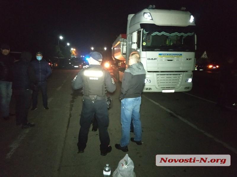 На ГВК под Николаевом оказался неполный комплект документов, водители продолжили блокаду трассы