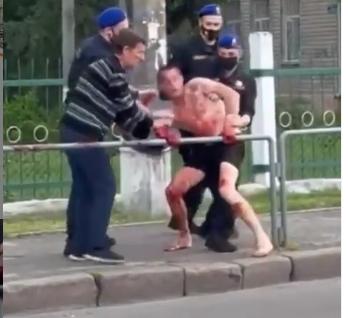В Николаеве окровавленный мужчина в трусах бросался на медиков и нацгвардейцев (ВИДЕО)