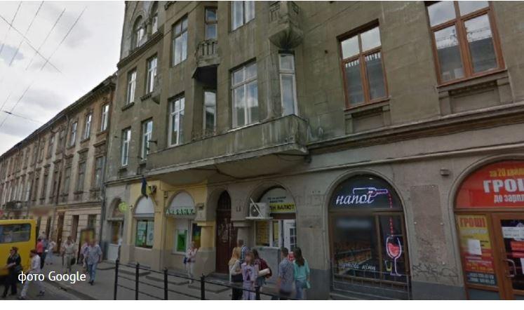 Во Львове женщина, которой на голову упал фрагмент фасада, выиграла у ОСМД суд на полмиллиона