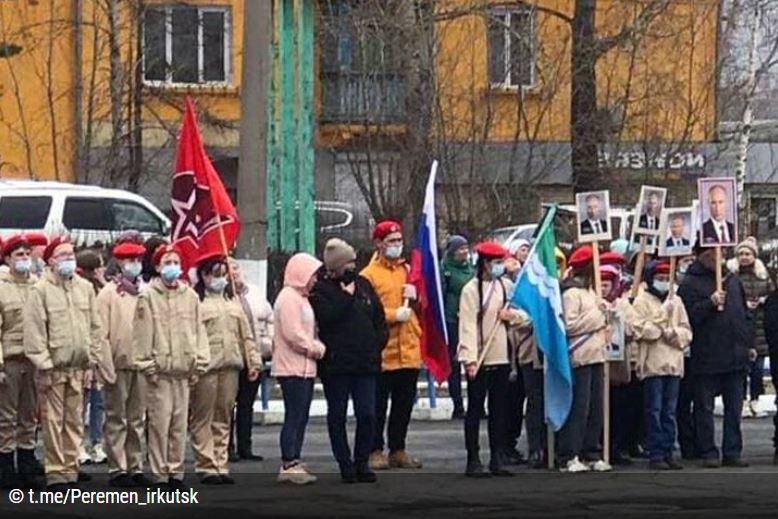 """В Сибири детей вывели на шествие, посвященное """"эпохе Путина"""" – с его портретами и цитатами (ФОТО)"""