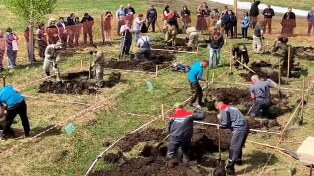 В России провели соревнования по скоростному копанию могил (ВИДЕО)