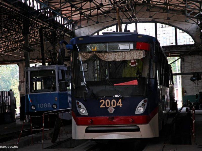 «Николаевэлектротранс» третий год ремонтирует один трамвай: купили двери за 1,4 млн., которые не подходят