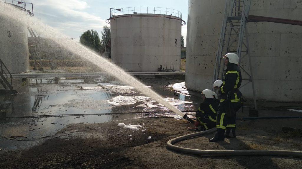 В Николаеве на Индустриальной загорелись емкости с топливом (ФОТО) 5
