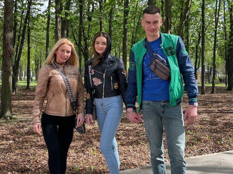 Теперь трио: к скованной цепью паре влюбленных из Харькова присоединилась девушка (ФОТО)