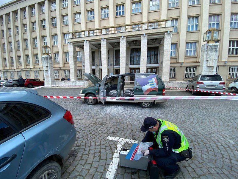 """""""Евробляхер"""" сжег свой автомобиль перед зданием Закарпатской ОГА"""