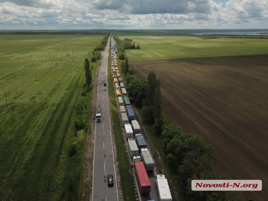 Вновь конфликт на ГВК под Николаевом: большегрузы заблокировали трассу Н-24 (ФОТО) 3