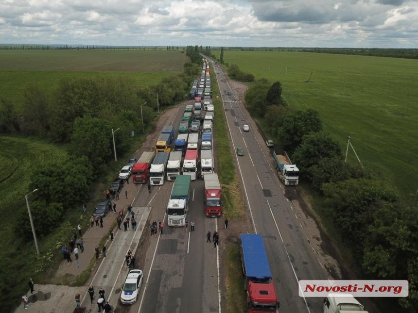 Вновь конфликт на ГВК под Николаевом: большегрузы заблокировали трассу Н-24 (ФОТО) 1