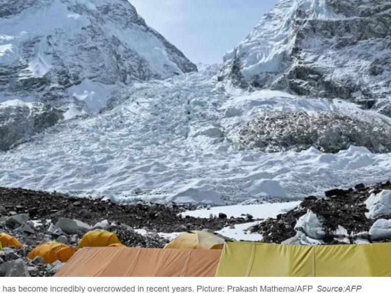 Первые жертвы этого года. Два альпиниста сначала ослепли, а потом погибли на Эвересте