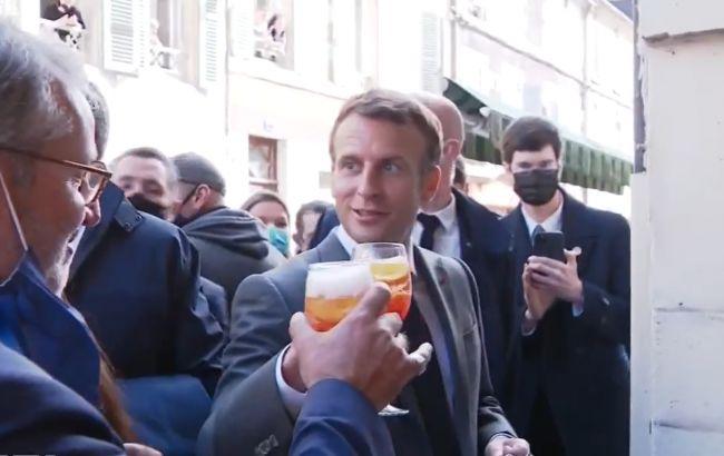 """Макрон отметил ослабление карантина и выпил за Украину под тост """"Будьмо!"""" (ВИДЕО)"""