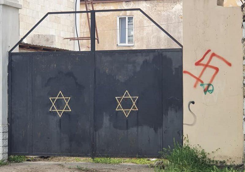 В Николаеве возле ворот синагоги нарисовали свастику (ФОТО)