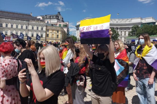 В Киеве прошел марш трансгендеров, длился 20 минут