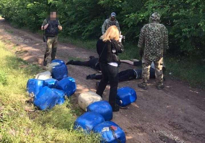 Четверо жителей Николаева и трое работников «Укрзализныци» систематически сливали с поездов дизтопливо – часть воров задержали (ФОТО, ВИДЕО)