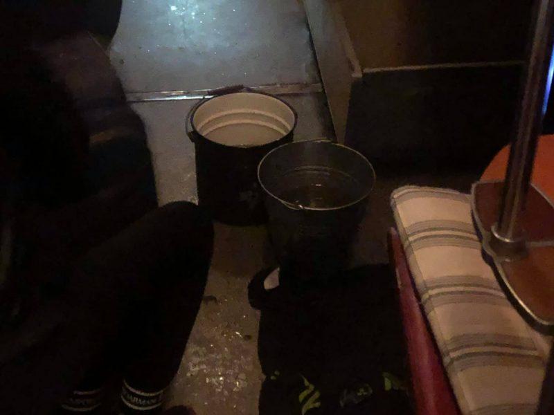 В поезде «Киев-Николаев» пассажиров одного из вагонов основательно поливало дождем. В Укрзализныце обещают, что вагон «детально осмотрят» (ВИДЕО)
