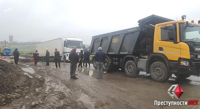 В Баштанке жители заблокировали проезд по трассе Н-11, объездная дорога стала непроходимой после дождей (ВИДЕО)