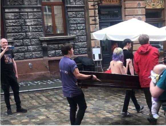 Во Львове в гробу носили по улицам голую девушку, – это художники выражали протест (ВИДЕО)