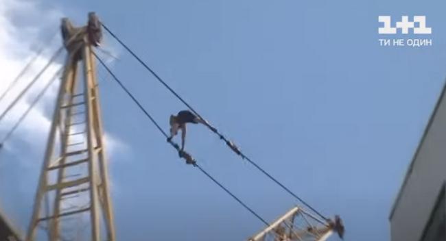 В Хмельницком мужчина прогулялся по тросам строительного крана на высоте 40 метров (ВИДЕО)