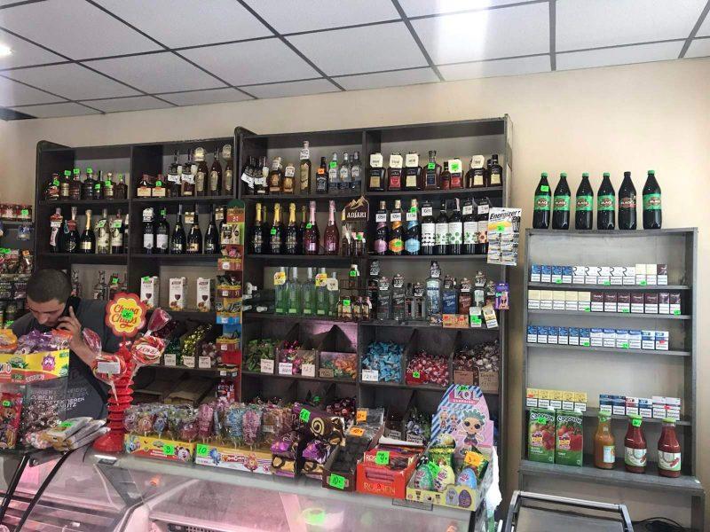 В остановочном павильоне на ул.Корабелов без лицензий торговали сигаретами и алкоголем – николаевские налоговики товар изъяли